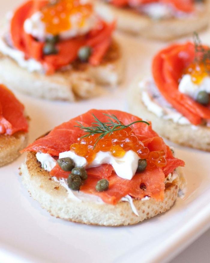 bouchées salées de saumon fumé et fromage, caviar, mayonnaise, apéritif léger
