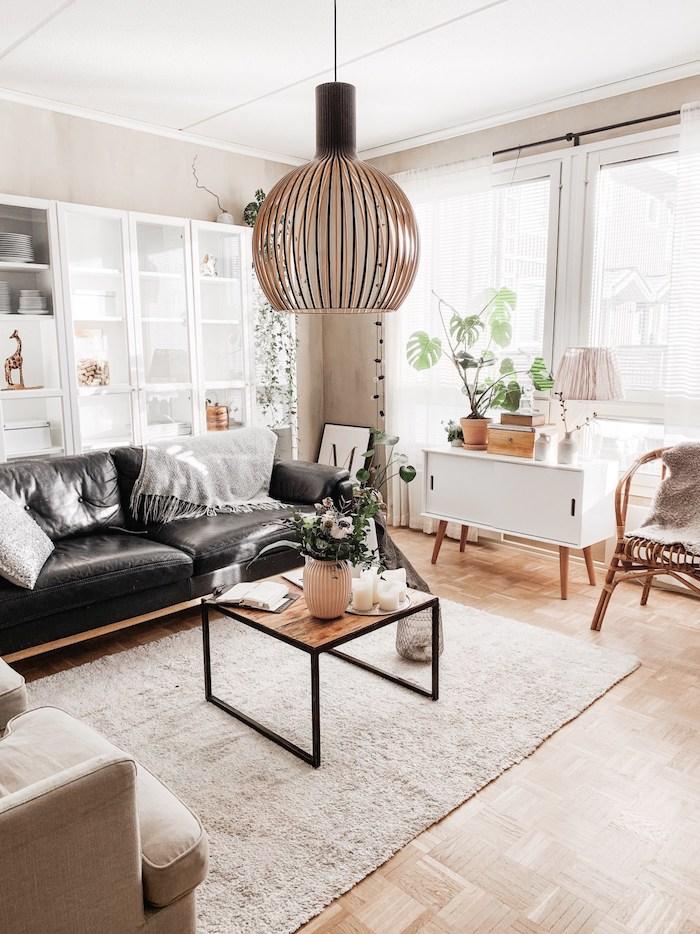 Salon joli avec canapé en cuir noir et petit table basse, détails de déco berbère, aménagement chambre