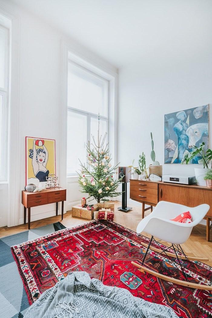 Salon scandinave chaise balançoire blanche, tapis marocain rouge, style boheme chic, tapis berbere, aménagement salon ethnique