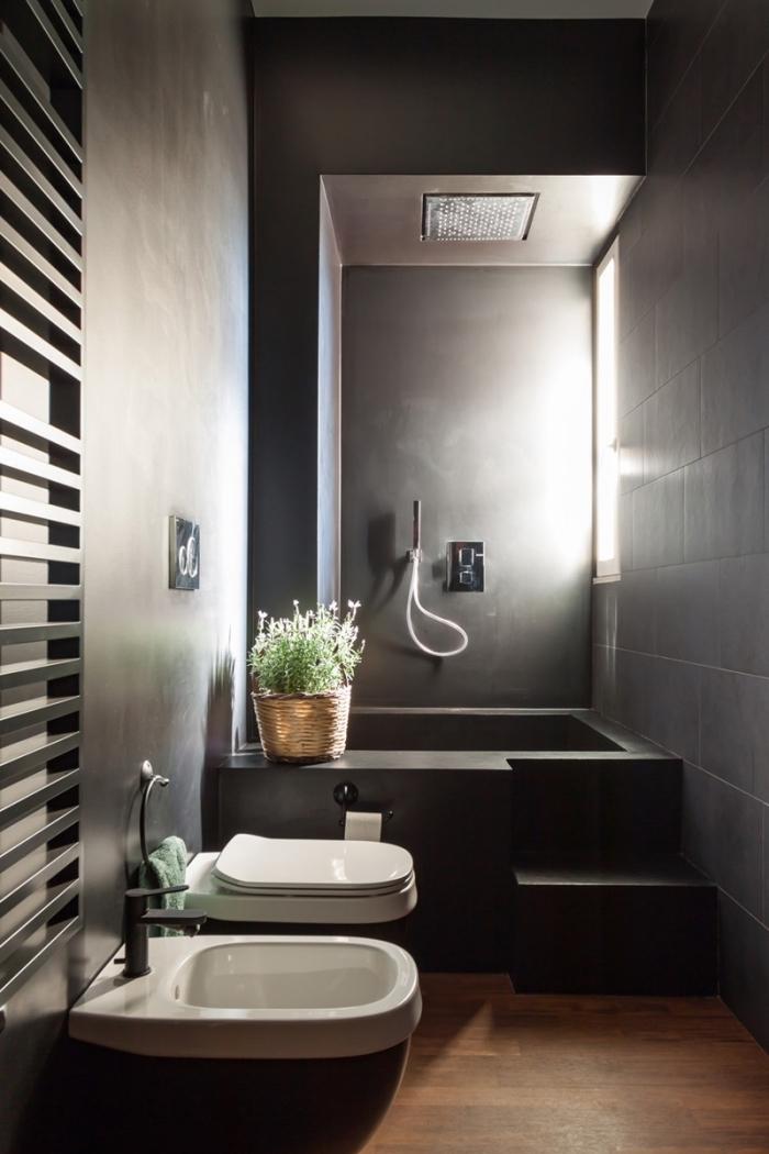 décoration salle de bain moderne de style industriel avec murs à effet béton et plancher bois, exemple de salle de bain grise