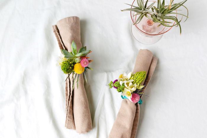fabriquer des ronds de serviette, deco table bapteme ou anniversaire avec serviettes en lin et fleurs printanières