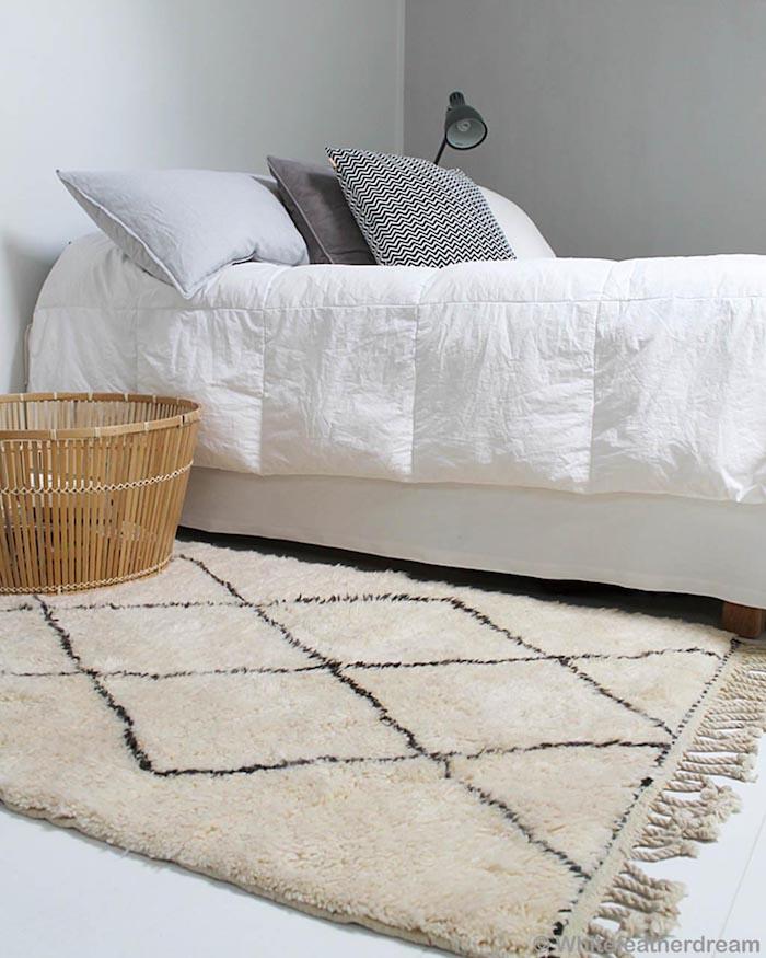 Chambre à coucher blanche, déco berbère, tapis berbere, chambre joliment décorée, tapis shaggy blanc et noir
