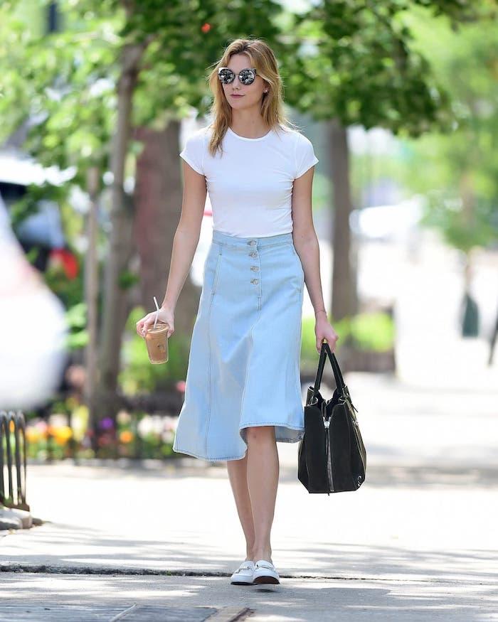 Jupe jean et top t-shirt blanc, tendance été 2019, tenue classe femme, inspiration en image