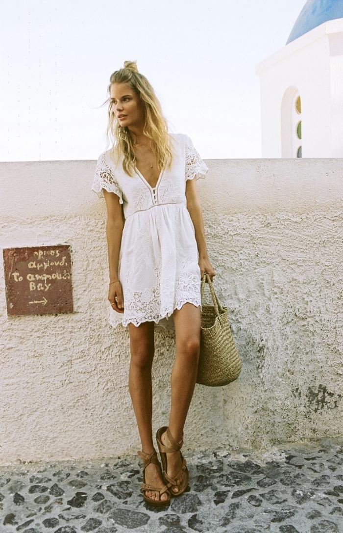 idée coiffure facile pour l'été aux cheveux lâchés avec chignon décontracté, exemple de robe dentelle boheme courte
