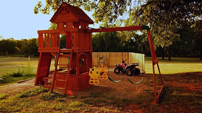 équipement de jeu avec maisonnette en bois, toboggan et balançoire, espace de jeu équipé dans le jardin