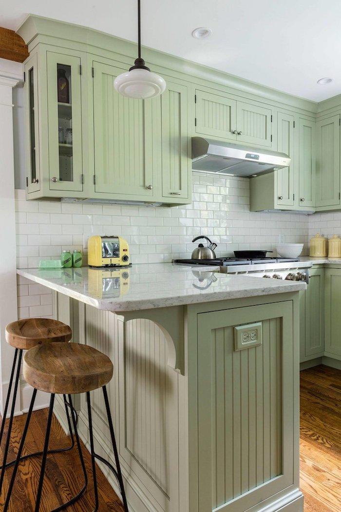 Vert cuisine, chaises hautes bar plot, cuisine vintage à carrelage blanc