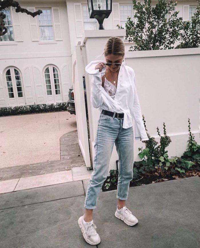 Chemise blanche et jean boyfriend accessoirisés de baskets blanches, casual chic femme, tenue décontractée chic femme,