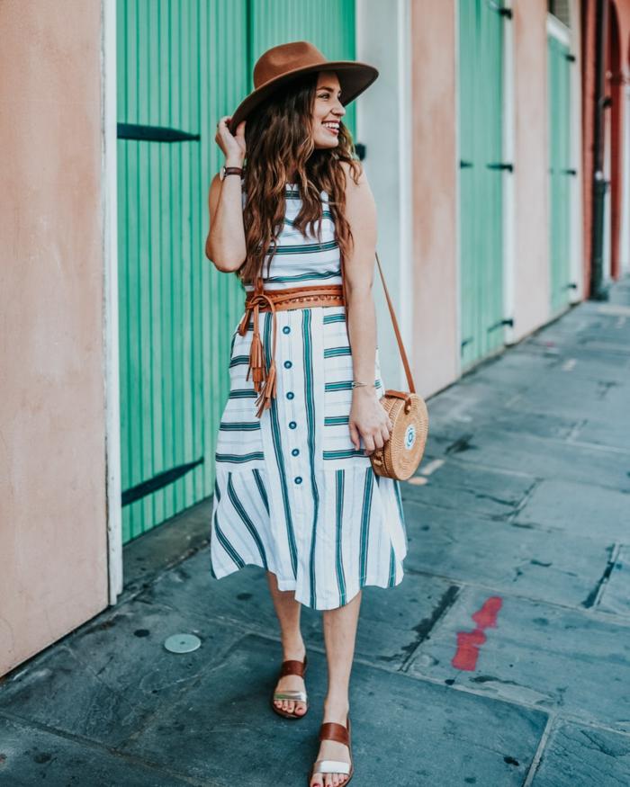 robe été rayée, ceinture marron, chapeau feutre femme couleur marron, sac panier, sandales bimatières