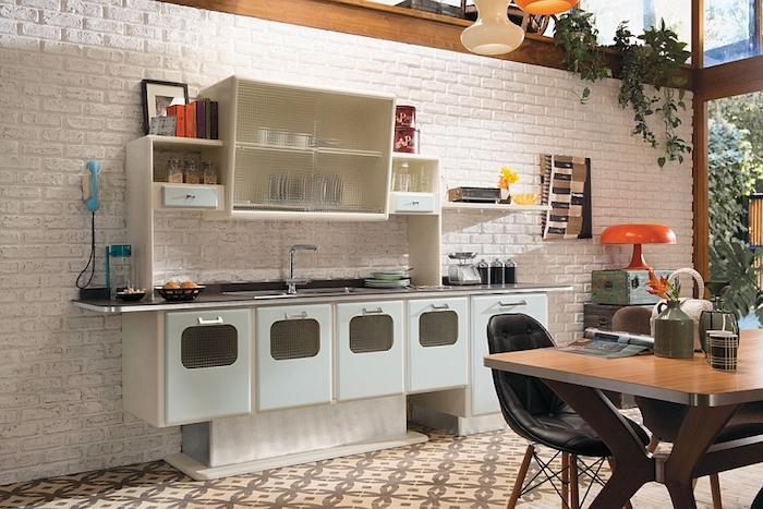 Le style des année 50 dans la cuisine vintage, cuisine formica bleu, formes droites trapèze placard