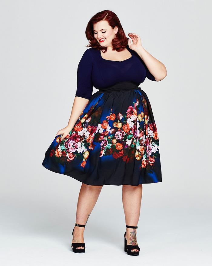 look retro chic avec robe noir et bleu à imprimé fleuri avec taille serrée, chaussures femme noires
