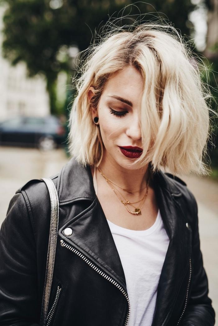 idée coloration tendance technique racines foncées et longueurs blondes, coupe carré blond, maquillage avec rouge à lèvre bordeaux mate,