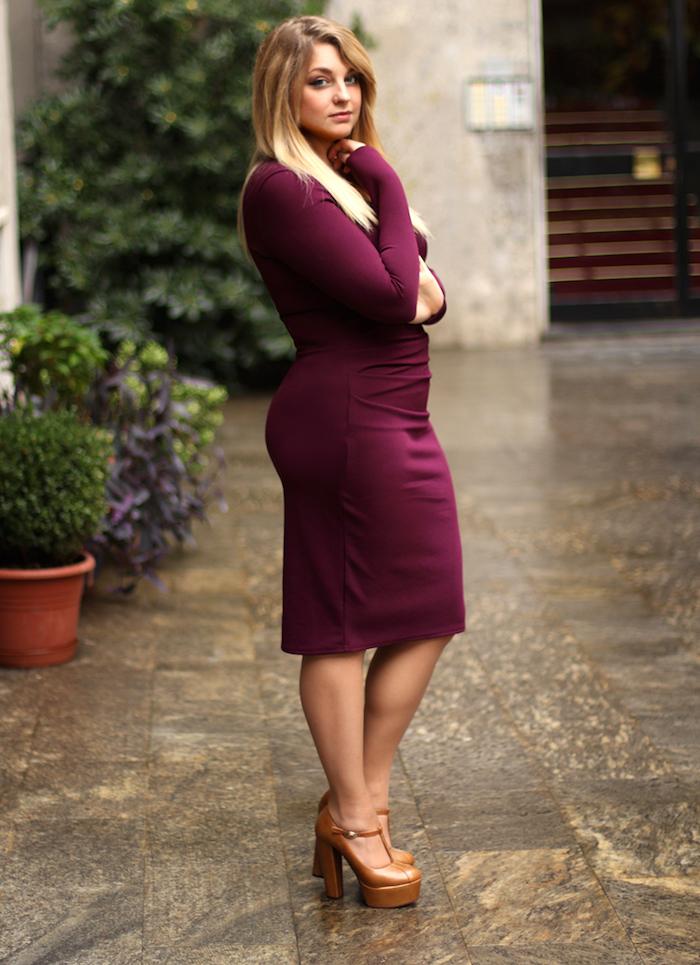 manches longues de robe couleur bordeaux style décontracté, chaussures à talons hauts marron, cheveux blonds