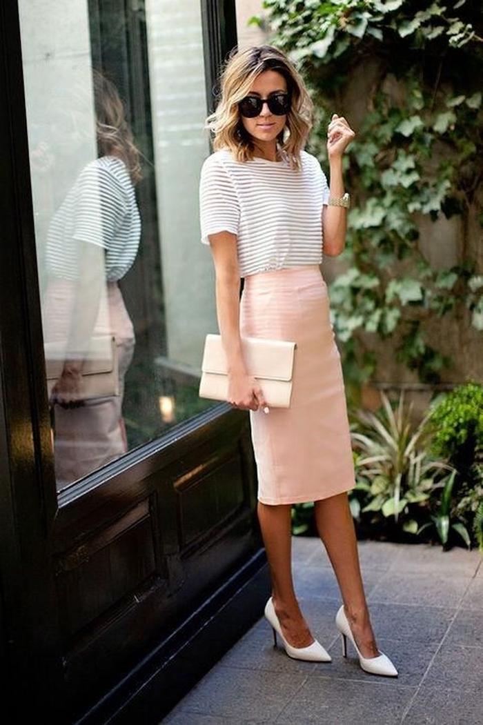 Jupe crayon rose, pochette beige, lunettes de soleil grandes, style casual, tendance été 2019, comment s'habiller bien