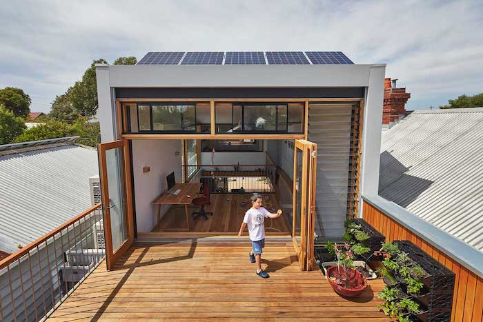 idee d extension maison originale en hauteur, deuxième étage bureau à domicile ouvert sur terrasse en bois