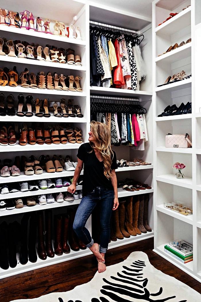 aménagement d'une pièce dressing avec meubles à chaussures hauts, étagères à chaussures ouvertes sur le mur entier du dressing
