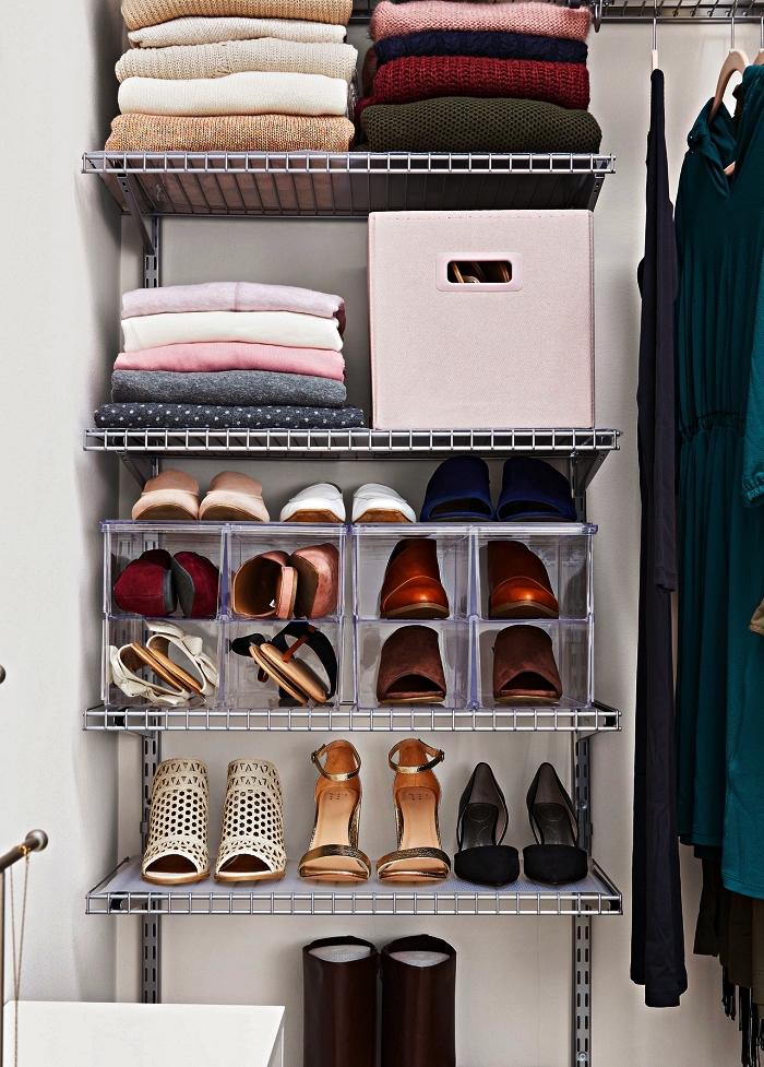 range chaussures métallique à plusieurs niveaux monté dans un placard, à côté de la penderie