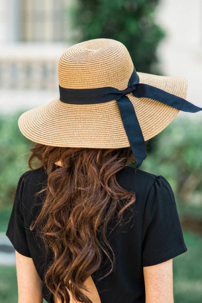 capeline femme, robe noir dos découpé, cheveux châtains bouclés, style d été pour femme