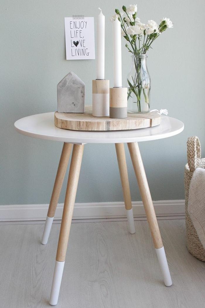 déco de table scandinave, petite table blanche, rondin de bois, porte-bougies motifs géométriques, vase avec bouquet oeillets