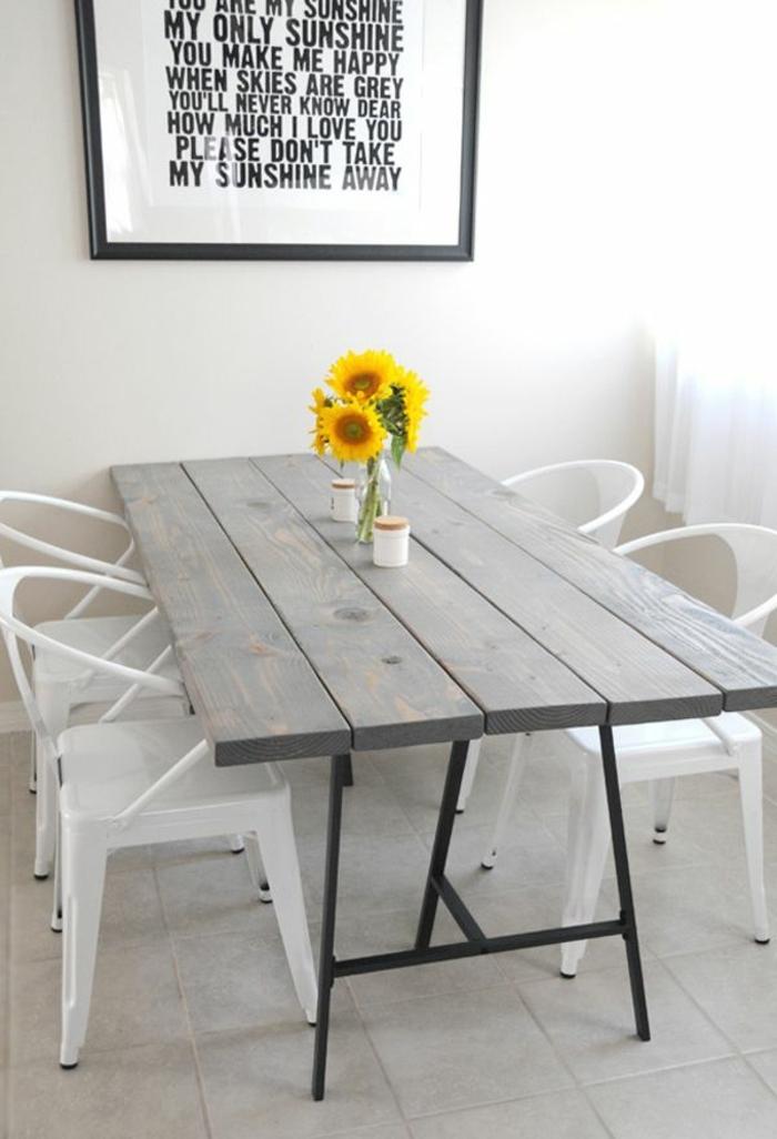 comment décorer la table rustique, bouquet de fleurs de tournesol, table en bois, chaises blanches, tableau mural