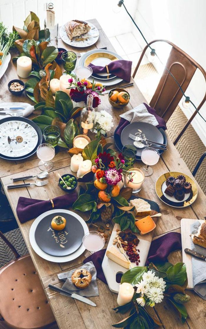 table décorée avec chemin de table, assiettes noires et blanches, chaises tolix métalliques, serviettes burgundy