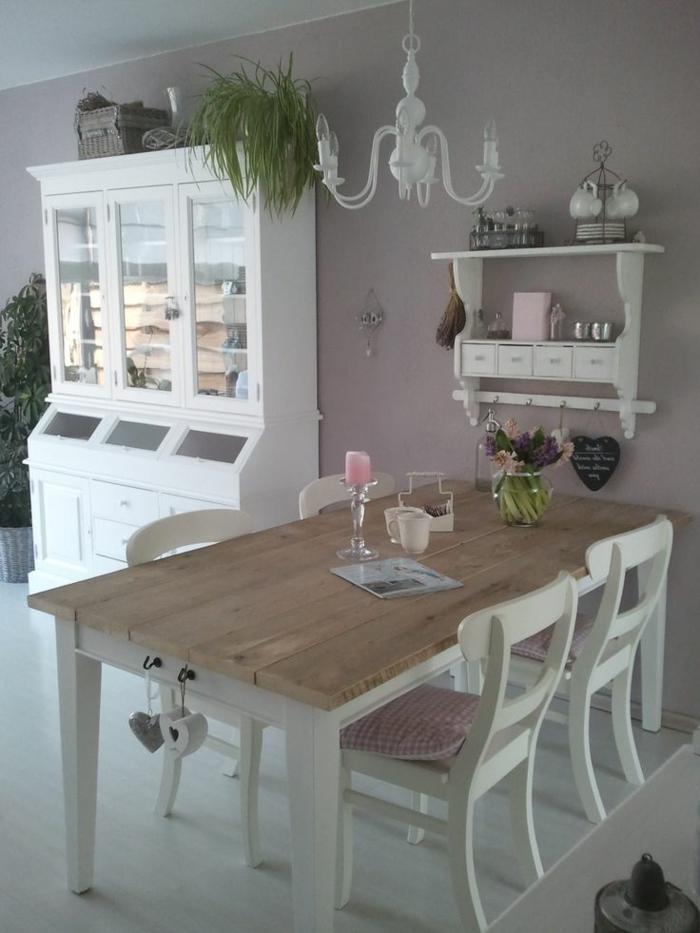 table en bois et blanc, chaises blanches, murs gris, plafonnier blanc, étagère rustique peinte blanche