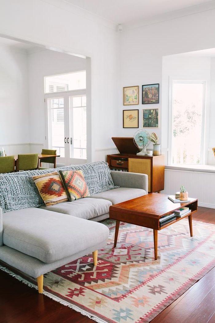 Tapis coloré original, coussins associés avec le tapis berbere, table basse salon, canapé gris angle, déco scandinave