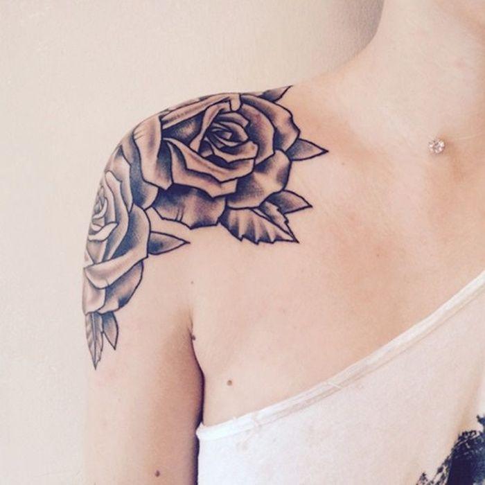 collier chaine subtile et pendentif swarovski, top blanc tatouage fleur de rose monochrome, tatouage épaule femme