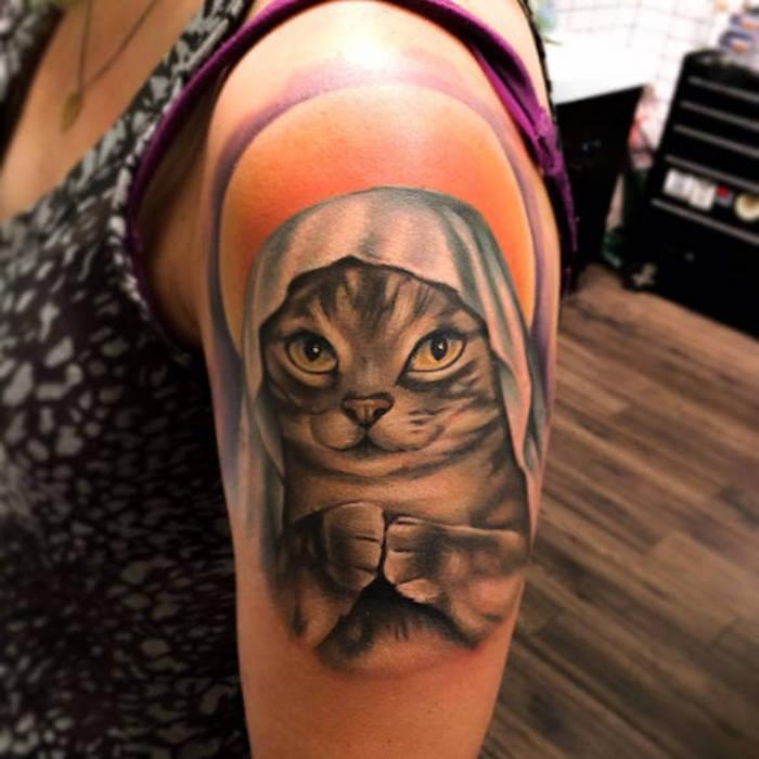 petit chaton tatoué à l épaule, image monochrome et auréole en orange et pourpre, top tacheté