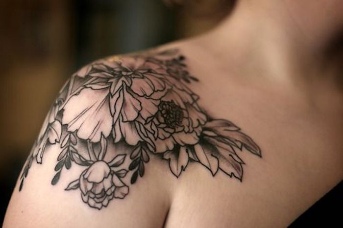 tatouage pivoines épaule, tatouages motifs floraux, modele tatouage monochrome, tatouage femme épaule