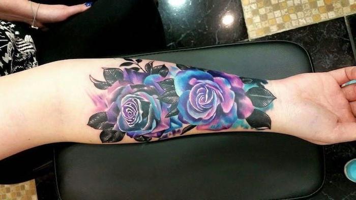 tatouage roses colorées, feuilles noires, tatouage femme avant bras, deux roses en lilas et bleu