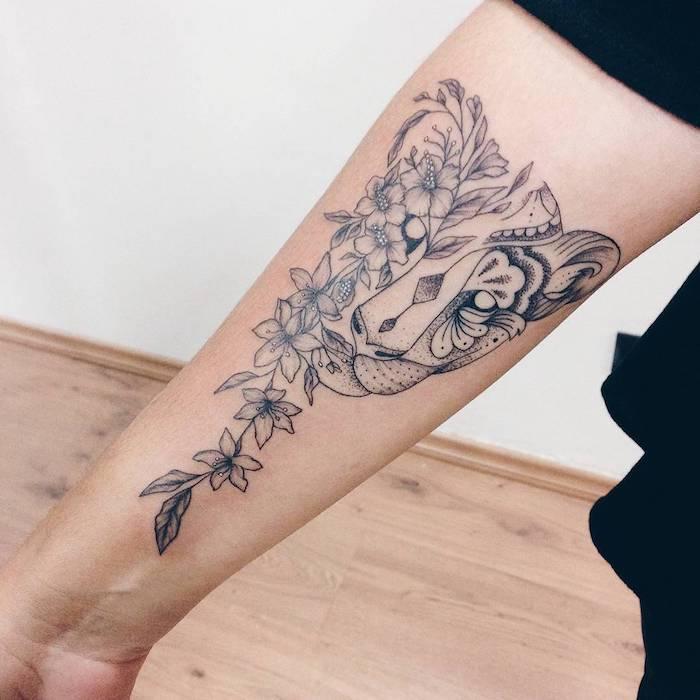 tatouage avant bras, tigre et fleurs, guirlande de motifs végétaux, animal totem