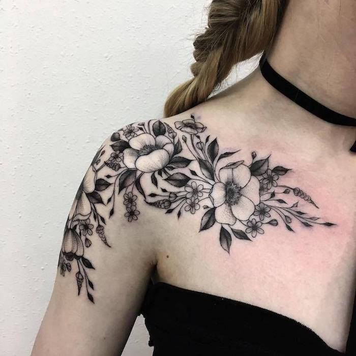 robe bustier noire, tatouage épaule femme, fleur de cerisier, tatouage monochrome