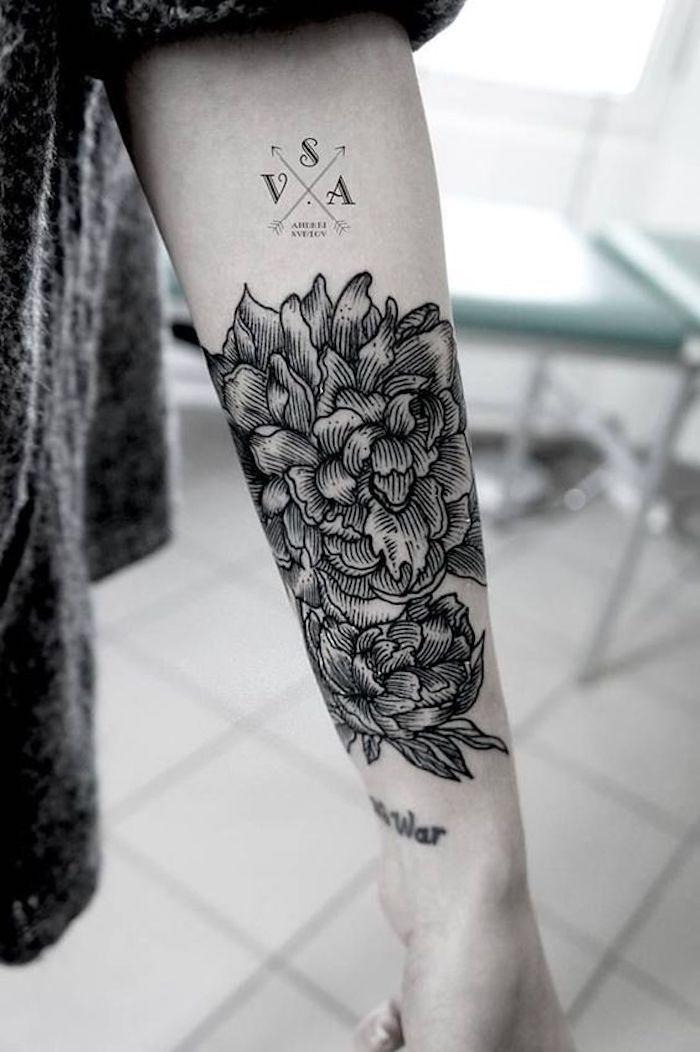 motifs floraux pivoines, tatouage arrière avant bras, motif boussole, script au-dessus du poignet