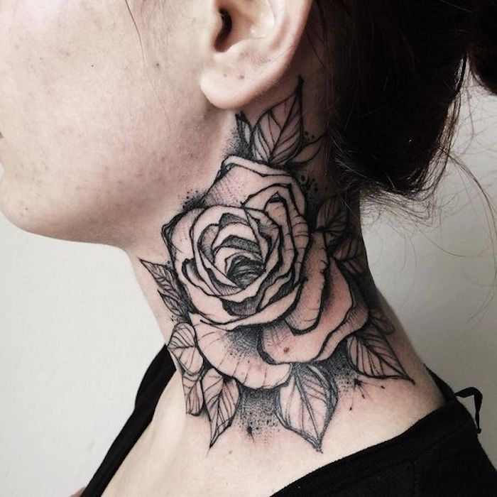 tatouage cou rose monochrome, rose et feuilles tatoués au cou de jeune femme, idée tatouage