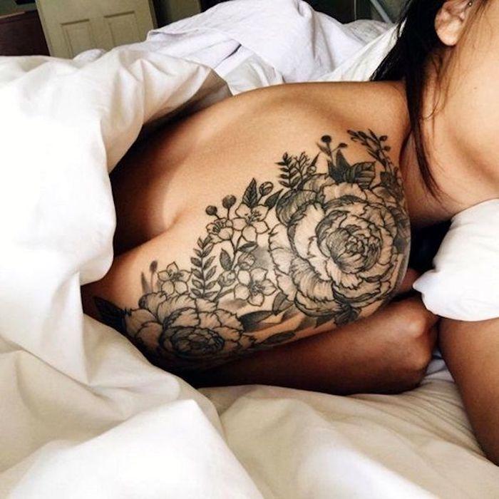 tatouage épaule fleur de pivoine monochrome, tatouage femme bras et épaule, encre noire