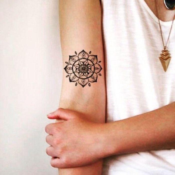 tatouage mandala fleur, idée tatouage symbolique, symbole de la complétude et la perfection