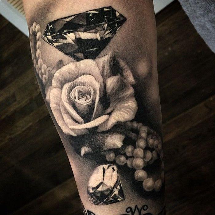 tatouages fleurs, roses et diamants, collier de perles blanches, modele tatouage style vintage