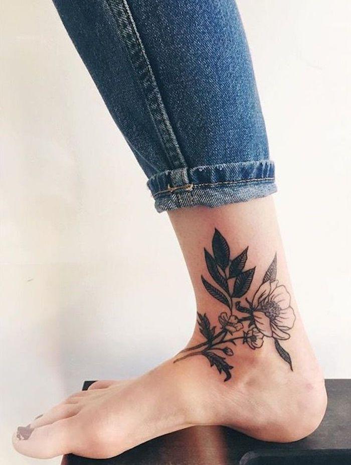 tatouage cheville noir, jeans bleus, tatouage pied femme, idée tatouage motifs floraux