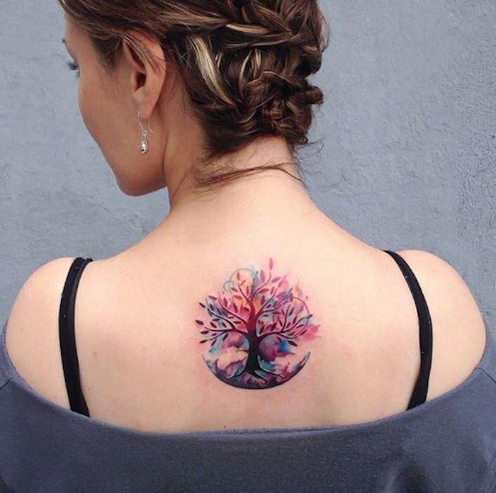 tatouage dos femme, arbre symbole de l'intégrité, blouse grise, coiffure tresses collées