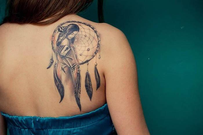tatouage tribal noir et rouge, femme indienne et capteur de rêve, bustier bleu, pendentifs plumes