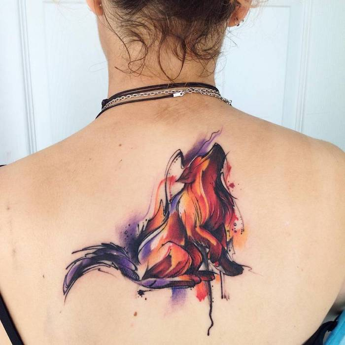 tatouage loup abstrait, tatouage aquarelle abstrait couleurs rouge, lilas et orange, colliers