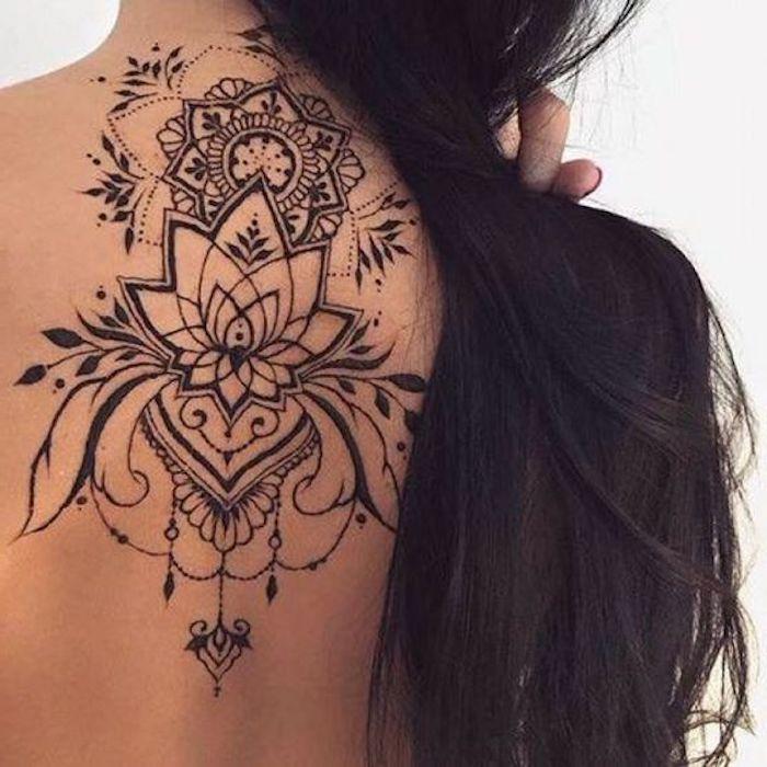 tatouage lotus et tatouage mandala, encre noire, cheveux noirs longs, motifs symboliques