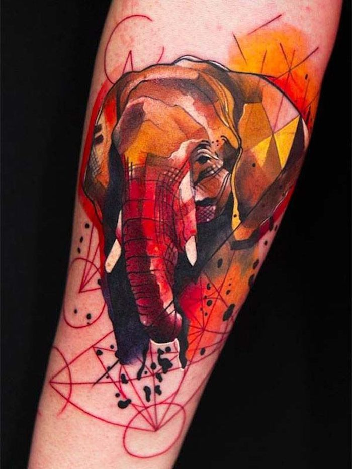 tatouage abstrait éléphant aux couleurs flamboyantes, constellations rouges, grand animal totem tatoué au bras