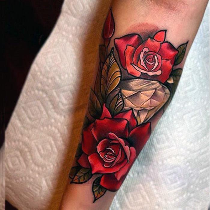 tatouage roses et diamants, feuillage vert, tatouage aux couleurs, tatouage avant bras femme, fleurs roses rouges