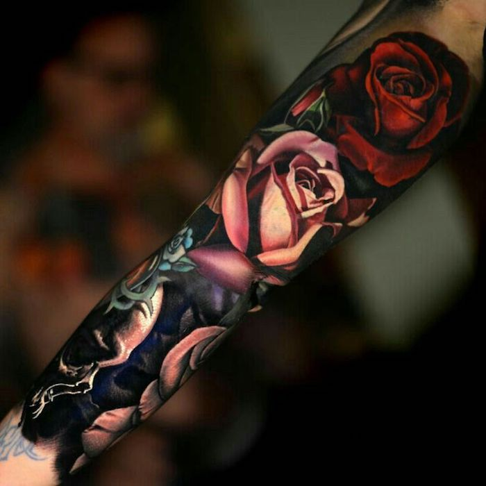 tatouage femme long, roses en rose et rouge, motifs gothiques, tatouage avant bras et bras
