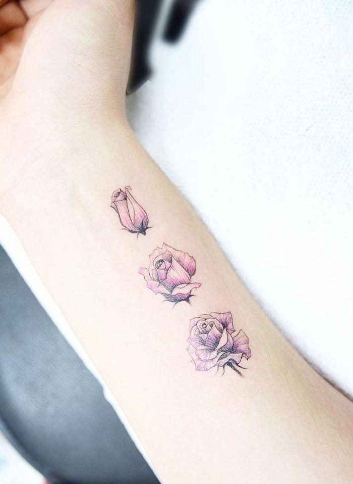 tatouage fleurs design minimaliste, idée tatouage avec fleurs, tatouage au-dessus du poignet sur l avant bras