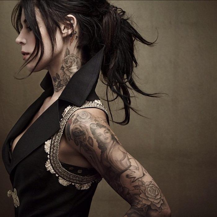 tatouage cou roses, tatouage bras inspiré de la tradition indienne, femme divine et roses monochromes
