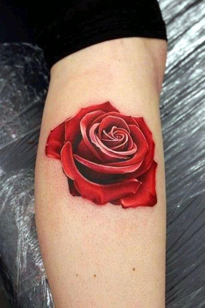 tatouage molet, idée tatouage femme coloré, rose épanouie en couleur rouge, leggings noirs