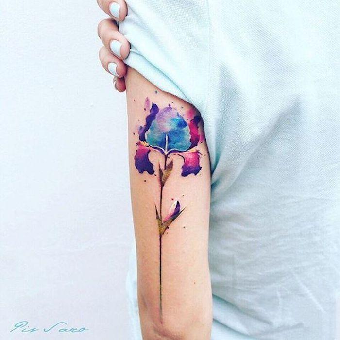 tatouage aquarelle, fleur en bleu et lilas couleurs aquarelles, vernis à ongles bleu clair, t shirt bleu clair