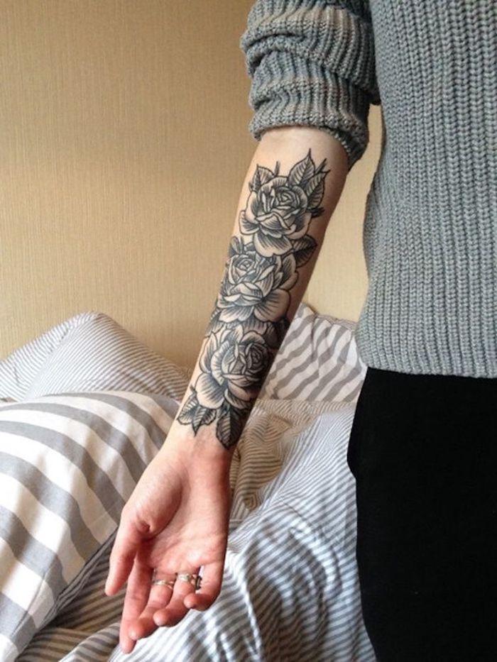 tatouage roses monochromes, pull tricoté gris, trois roses épanouies, pantalon noir